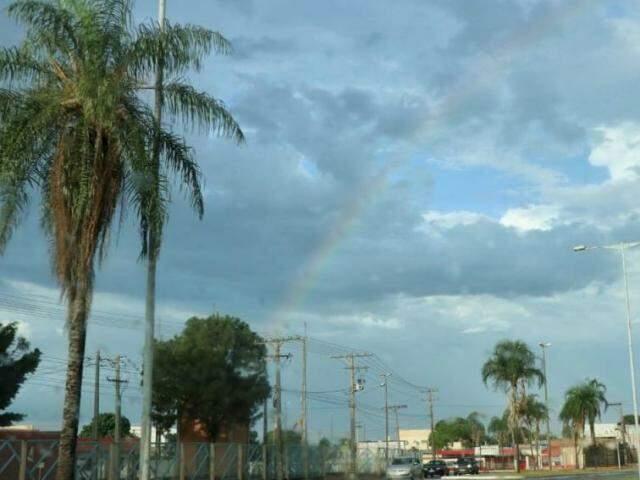 Arco-íris na manhã de sábado (3) em Campo Grande (Foto: Henrique Kawaminami)