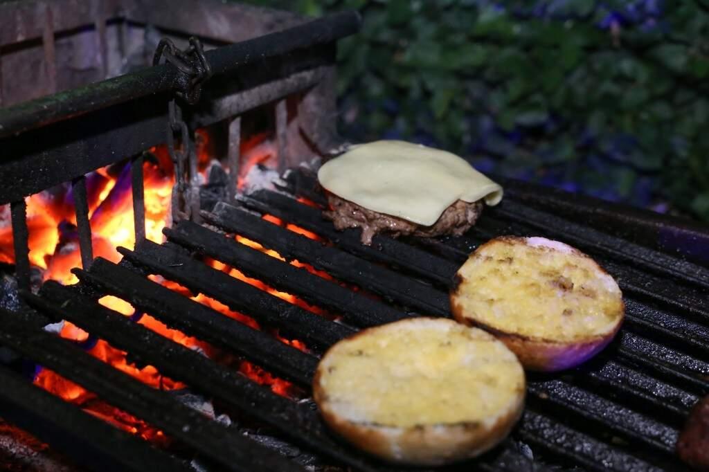 Enquanto a carne assa, o pão recebe uma camada de molho de alho, que remete ao tradicional pão de alho do churrasco. (Foto: Paulo Francis)