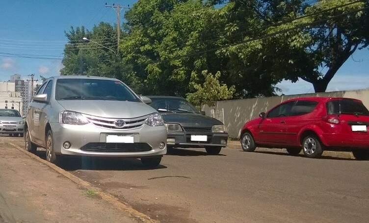 Vários carros ficam estacionados diariamente na faixa amarela. (Foto: Direto das ruas)