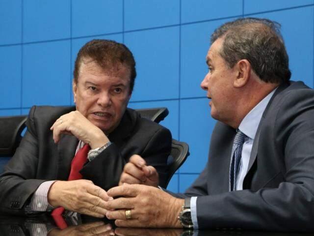 Deputados Maurício Picarelli (PSDB), autor do projeto, e Eduardo Rocha (MDB), durante sessão (Foto: Victor Chileno)