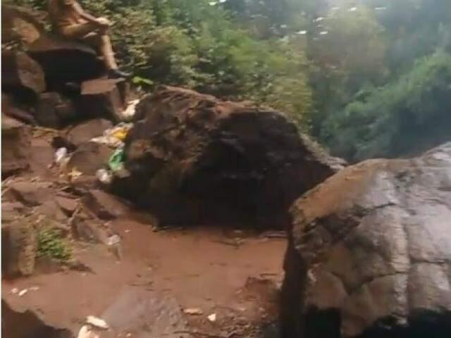 Garrafas pets e também de vidro jogadas em meio às rochas do lado da cachoeira (Reprodução/Facebook)