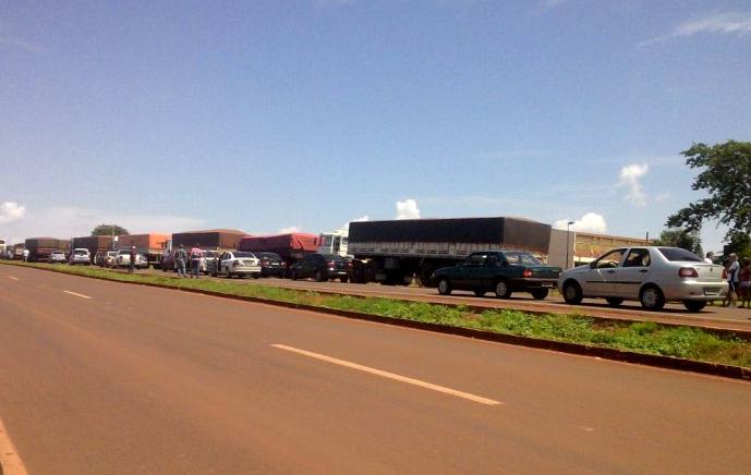 Com a interdição da pista, dezenas de caminhoneiros ficaram impedidos de seguir viagem. (Foto: Mario Leandro)