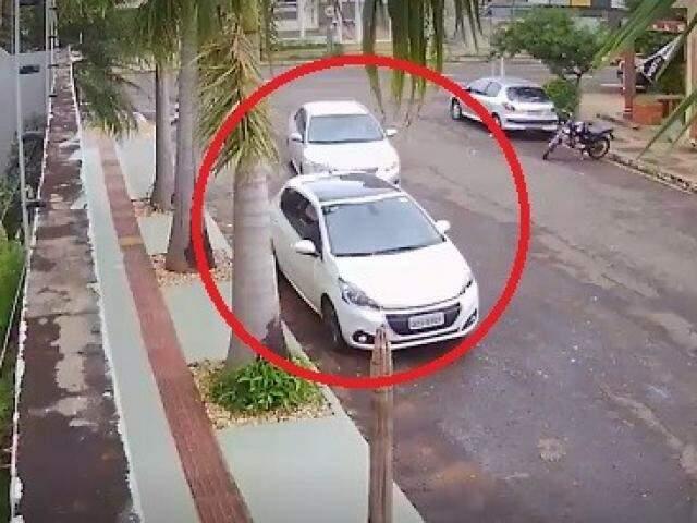 Como mostra as imagens, o motorista ainda permanece no local por cerca de 20 segundos. (Foto: Reprodução)