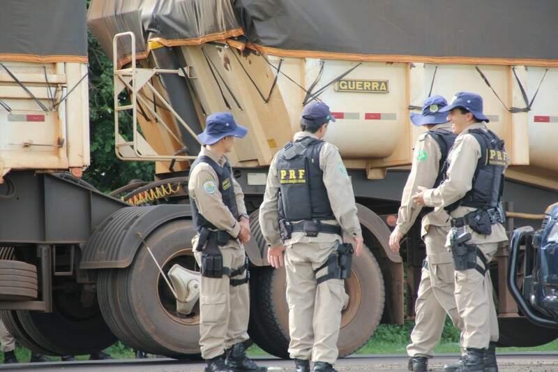 PRF montou esquema de segurança para fazer cumprir a decisão judicial (Foto: Marcos Ermínio)