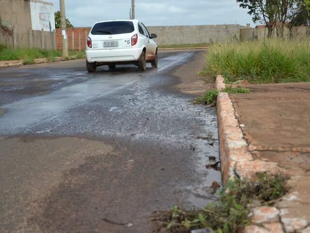Aparentemente, vazamento de água sai de cano estourado na calçada (Foto: Minamar Júnior)