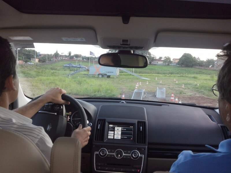 Jornalista Márcio Martins a bordo do Land Rover ao lado direito da foto o Instrutor Luiz. Foto: Carolina Cabral