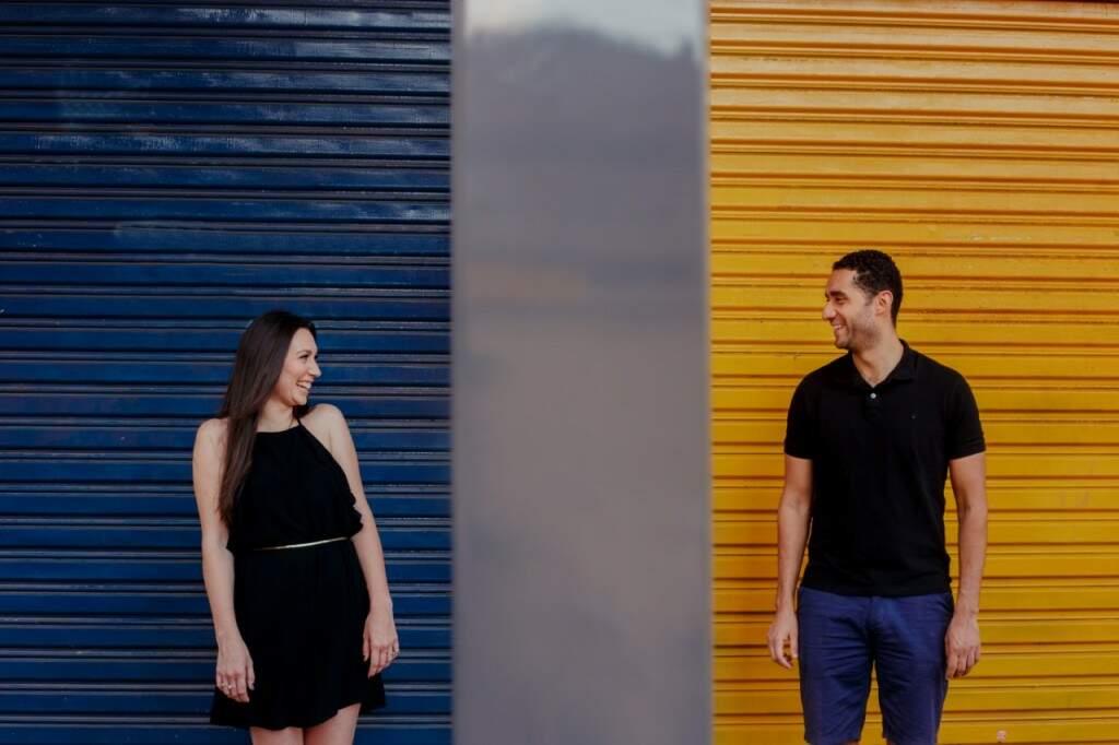 O casal está junto há cinco anos e o cenário colorido só completou a felicidade estampada no rosto dos dois. (Foto: Guilherme Calazans)