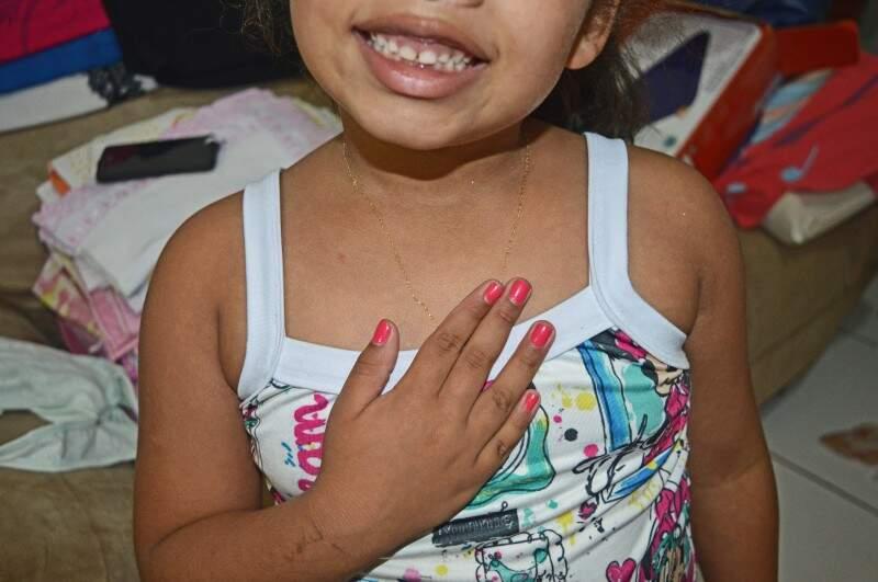O que é ser filha adotiva? Menininha explica com gestos: ter nascido 'do coração'. (Foto: Paula Maciulevicius)