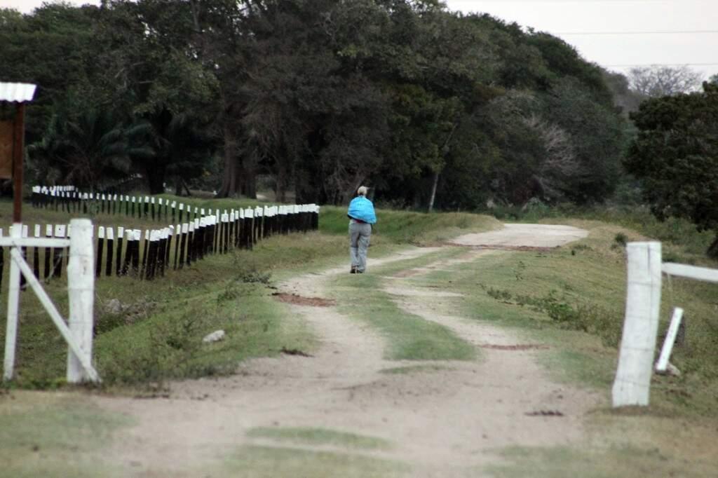 Atividade comum dos esotéricos no Pantanal: meditar caminhando. Na foto, Anne Scharplin, 63, da Nova Zelândia, na São João: entrando no ritmo da natureza