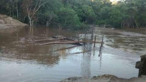 Chuva leva cabeceira e ponte sobre o rio Varadouro tem tráfego restrito