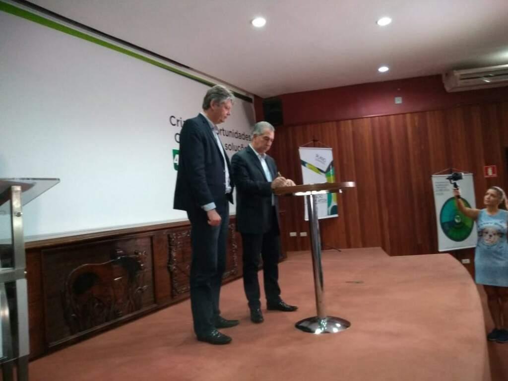 O secretário da Semagro, Jaime Verruck ao lado do governador Reinaldo Azambuja, que assinou decreto que cria o Comitê Estadual de Prevenção e Erradicação da Aftosa (Leonardo Rocha)