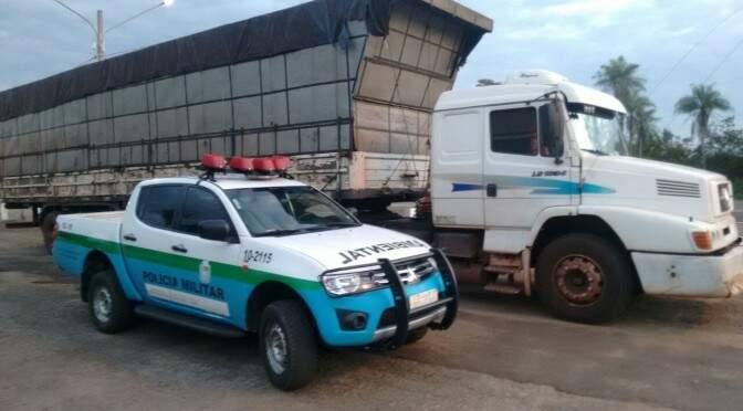 Produto que estava em carreta foi apreendido e proprietário multado. (Foto: Divulgação)