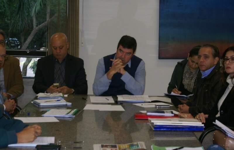 Representantes da ACS reunidos com o poder público nesta sexta (Foto: Jeozadaque Garcia / divulgação)
