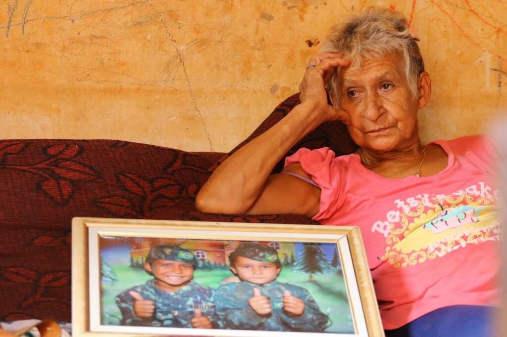 Avó de Kauan, o menino à esquerda no retrato,   chora a tristeza que chega nas horas incertas. (Foto: André Bittar)