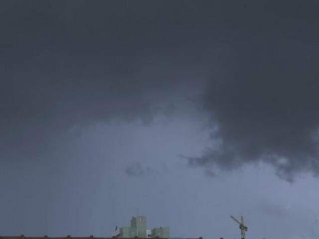 Céu escuro anuncia chuva em Campo Grande (Foto: Kísie Ainoã)