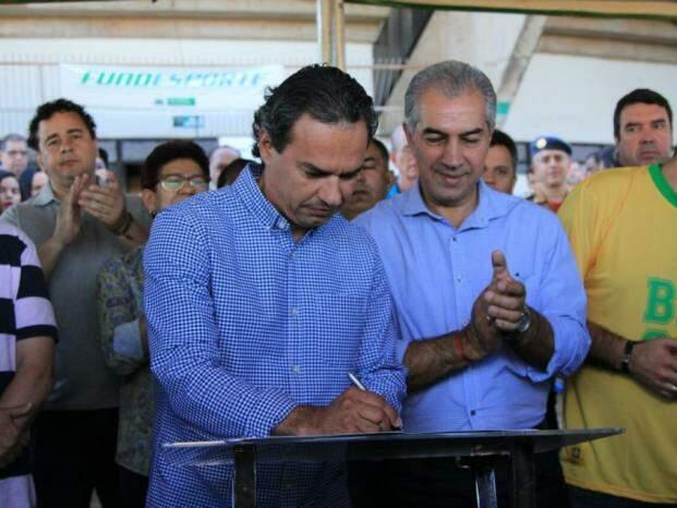Prefeito e Governador assinaram nesta manhã (1º) convênio para revitalização do Ginásio Avelino dos Reis, conhecido como Guanandizão  (Foto: Marina Pacheco)