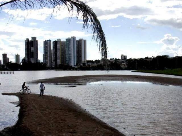 Bancos de areia tomam cada vez mais o espelho d'´água do Parque das Nações Indígenas. (Foto: Semagro/Divulgação)