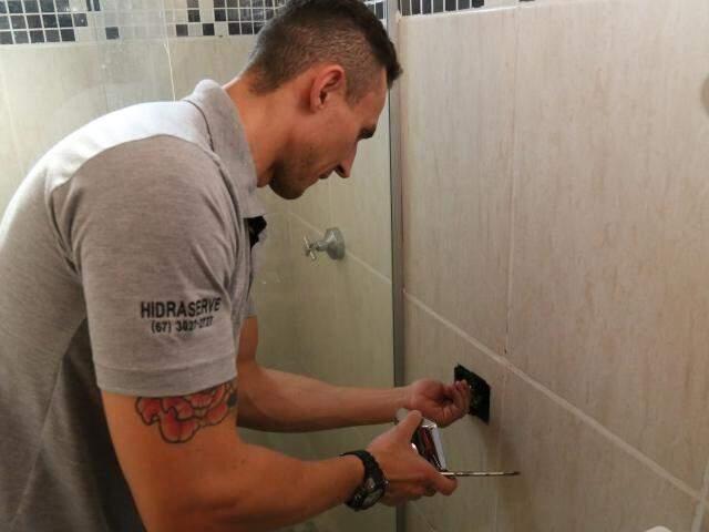 Crystoffer realizou sozinho a troca das peças em sua casa para economizar água (Foto: Marcos Ermínio)