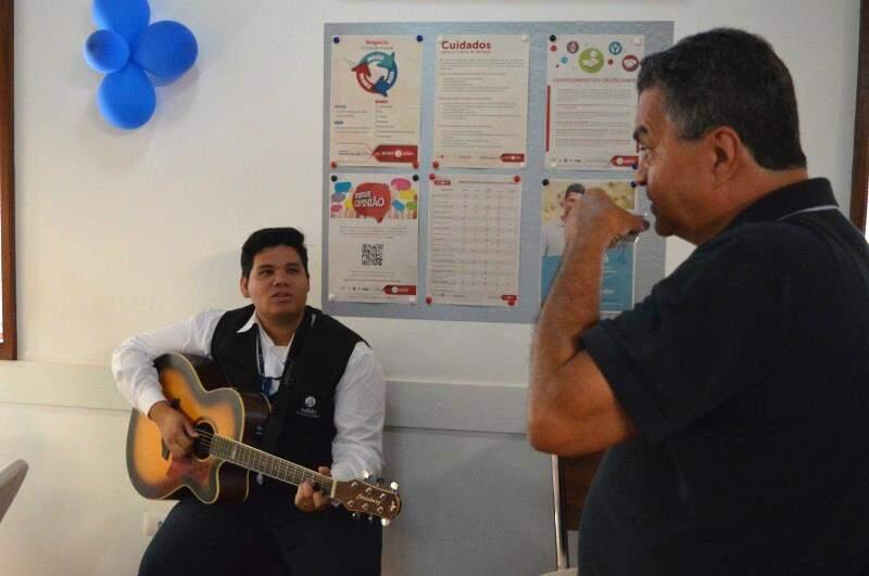 Paulo após o jejum, até arriscou a cantar junto.