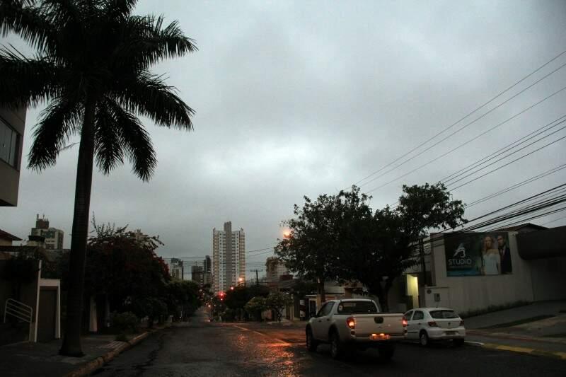 Campo Grande teve chuvas durante a madrugada e amanheceu com céu encoberto (Foto: Marcos Ermínio)