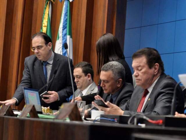 Deputados Felipe Orro (PSDB), autor do projeto, Márcio Fernandes (MDB) e Maurício Picarelli (PSDB), durante sessão (Foto: Victor Chileno/ALMS)