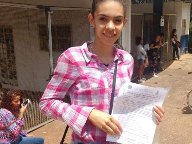 Candidata com prova de concurso público do IFMS na mão (Foto: Liniker Ribeiro)