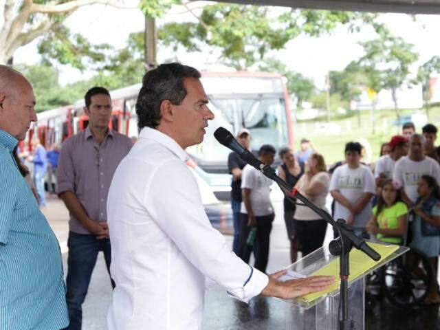O prefeito Marcos Trad fala ao lado do presidente do Consórcio Guaicurus, João Rezende (Foto: Kisie Ainoã)