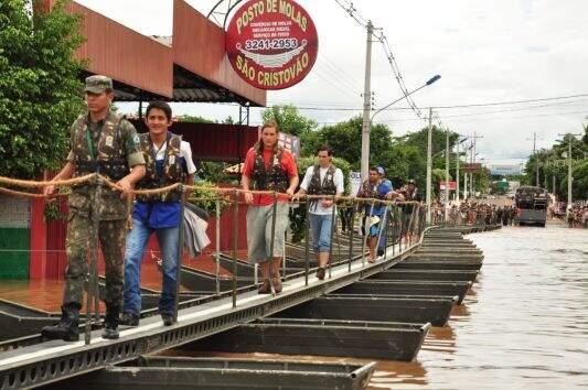 Passarela foi montada no ápice da cheia do rio. (Foto: Divulgação/Prefeitura de Aquidauana)