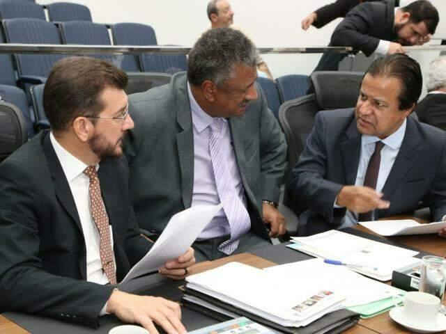 Deputados Pedro Kemp (PT), João Grandão (PT) e Amarildo Cruz (PT), autor do projeto (Foto: Victor Chileno/ALMS)