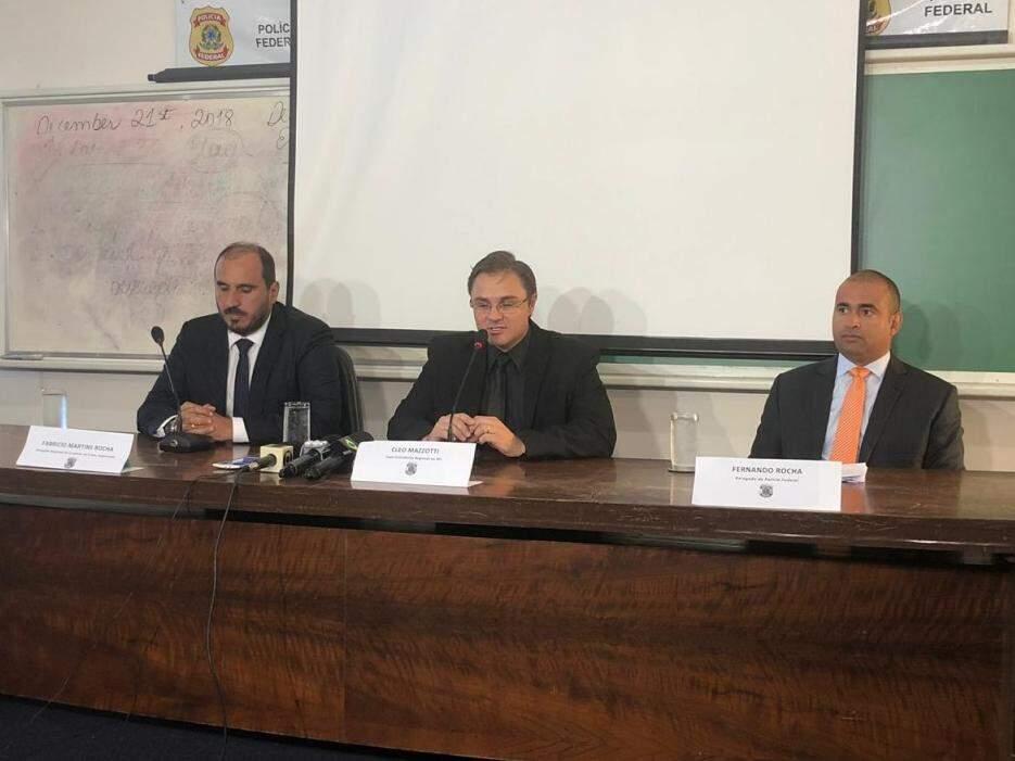 Da esquerda para a direita, delegados Fabrício Martins, Cleo Mazzotti e Fernando Rocha durante coletiva de imprensa (Foto: Bruna Pasche)