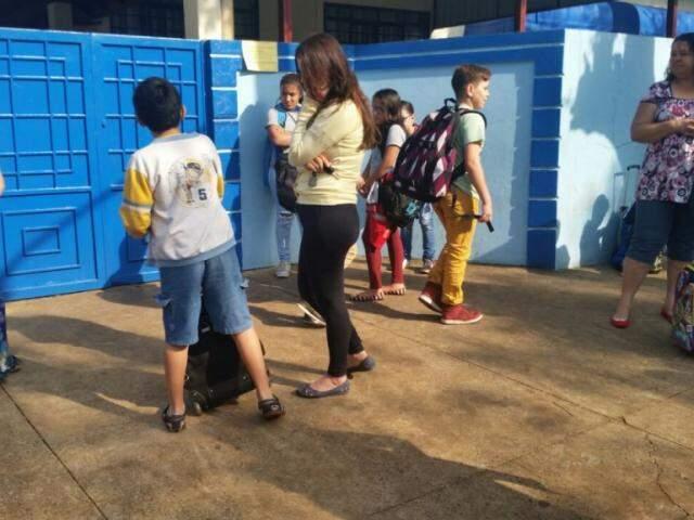 Alunos esperando abertura de portão em escola do centro; desembargador citou vulnerabilidade (Foto: Arquivo)