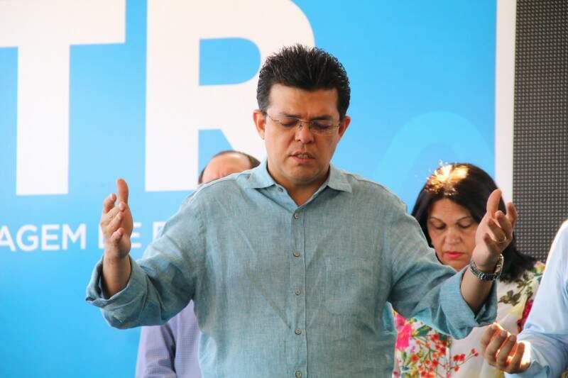 Gilmar Olarte orando durante evento de inauguração da UTR (Usina de Triagem de Resíduos) no Bairro Dom Antonio Barbosa, um dia após ter sido aberta Comissão Processante contra ele na Câmara (Foto: Arquivo/Marcos Ermínio)