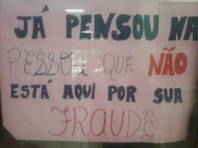 Cartaz colado na UFMS em protesto a estudantes que não estariam encaixados em sistema de cotas; advogado cobra ações contra o bullying que atingiu seus clientes. (Foto: Arquivo)