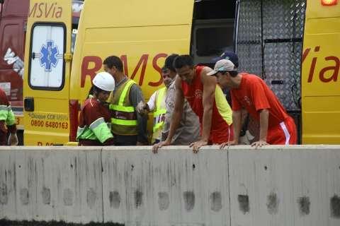 Equipe dos bombeiros especialista em buscas chega a local de acidente