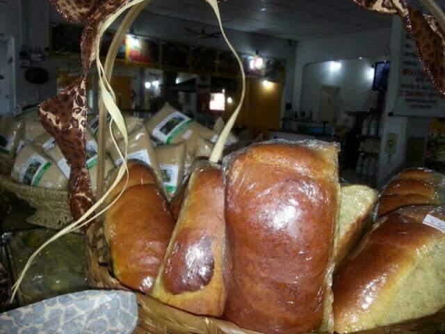 Pão caseiro e farinha de bocaiúva.
