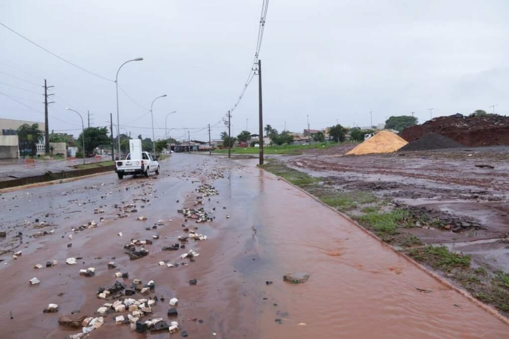 Pedras e lama trazidas pela enxurrada em frente a obra do Centro de Belas Artes (Foto: Kísie Ainoã)
