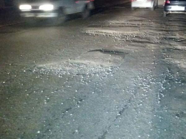 Fotos mostram precariedade da manutenção feita na rua Rio de Janeiro