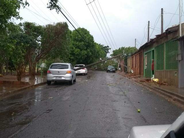Poste caiu sobre casa na rua Prudêncio Thomaz, no Zé Pereira (Foto/Reprodução)
