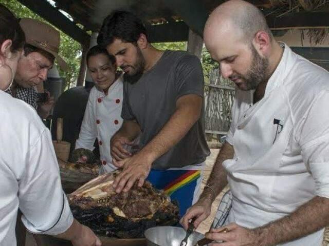 Chef Paulo Gustavo na aula de cabeça de boi assada. (Foto: Zig Koch)
