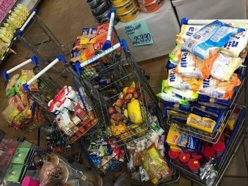 Carrinhos abarrotados de alimentos vencidos ou estragados. (Foto: Divulgação/Procon estadual).