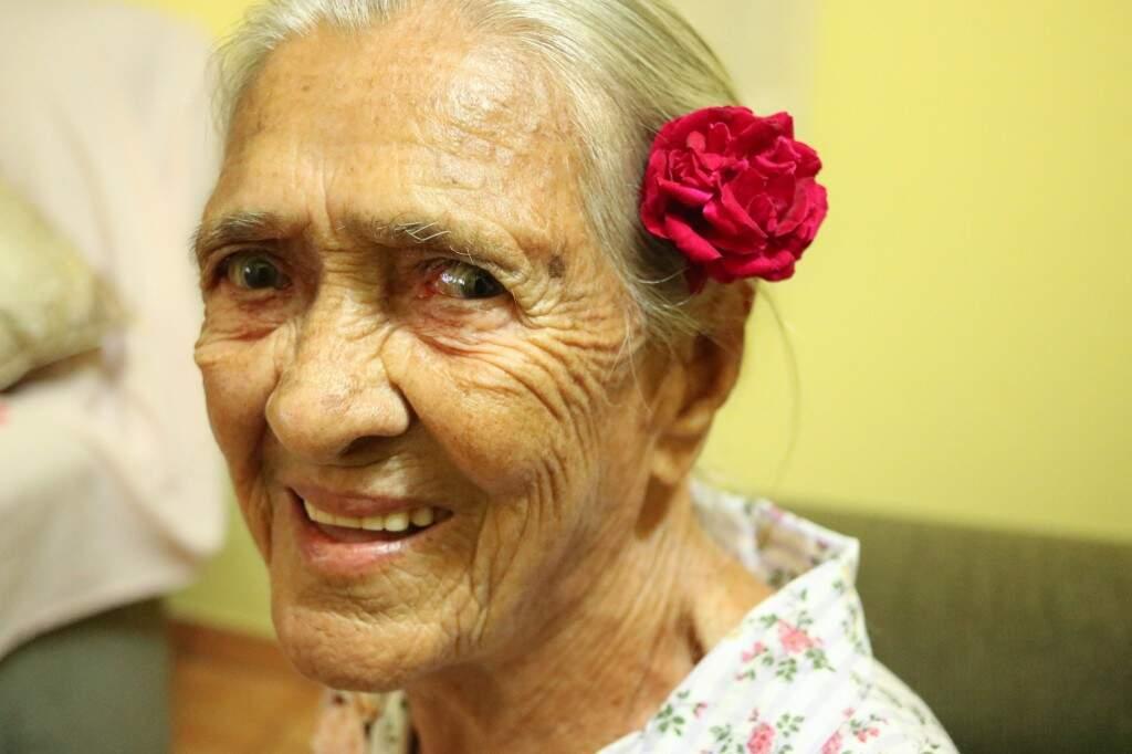 O sorriso é de uma das moradoras mais antigas de Rio Verde que vai completar 100 anos de vida em agosto. (Foto: Kimberly Teodoro)