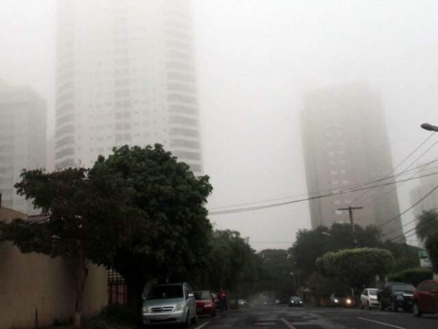 Nevoeiro intenso encobriu prédios, dificultando ver a parte de cima deles (Foto: Saul Schramm)