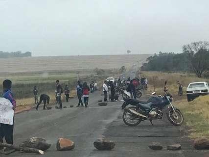 Índios bloqueiam mais duas rodovias estaduais em dia de protesto