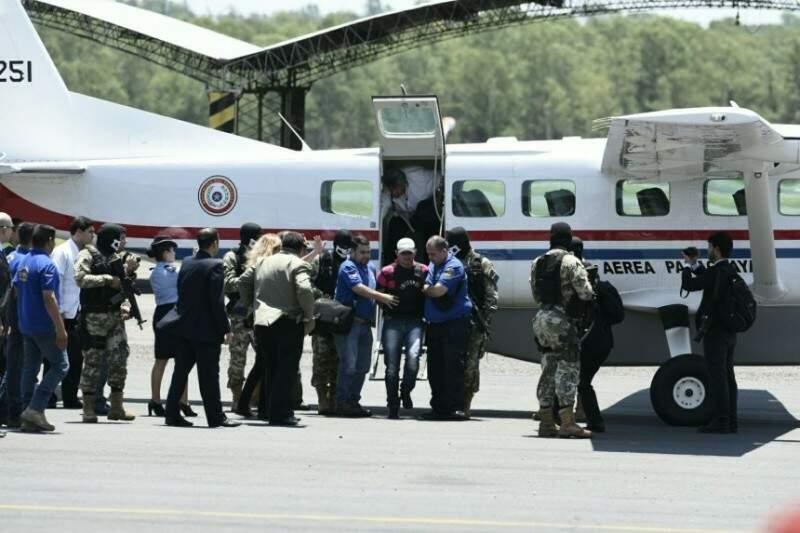 Cercado por policiais, Neneco chega ao aeroporto de Assunção após oito meses preso em MS (Foto: Claudio Ocampo/ABC Color)