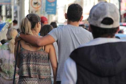 Pagamento de FGTS e véspera de Dia dos Namorados movimenta comércio