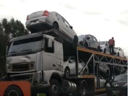 Retirada de carreta envolvida em acidente com morte causa congestionamento