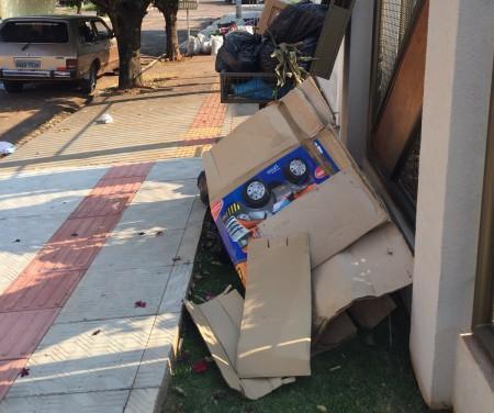 Lixo ainda estão acumulados em ruas da cidade. (Foto: Direto das Ruas)