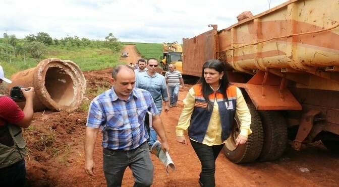 Rose Modesto vistoriou junto com o prefeito de Sete Quedas, Francisco Piroli, três pontos críticos (Foto: Leka/Subcom)