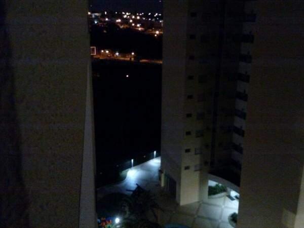 Escuridão da Praça das Águas fotografada a noite por morador do condomínio ao lado (Foto: Direto das ruas)