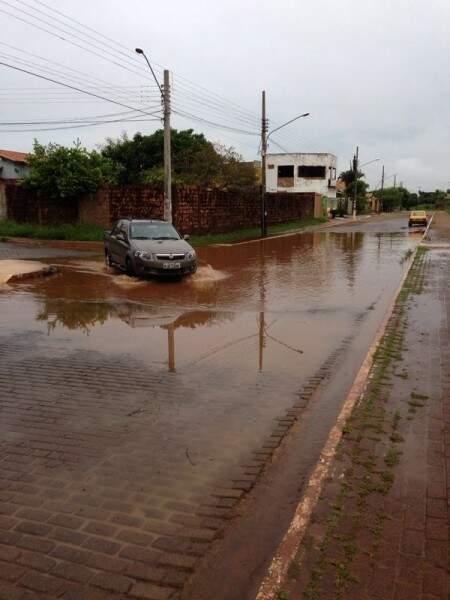Motoristas precisam ter cautela ao passar pela poça de água